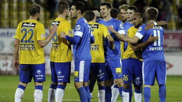 Hráči Liberce (v modrém) a Teplic se zdraví na konci zápasu.