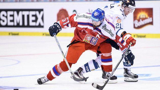 Český útočník Roman Horák a Toni Rajala z Finska během utkání loňského turnaje Carlson Hockey Games.