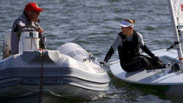 Belgická jachtařka Evi Van Ackerová (vpravo) v zátoce Guanabara.