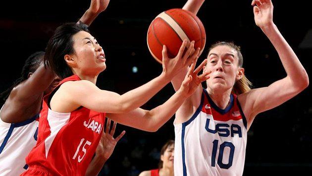 Japonka Nako Motohašiová střílí na koš v olympijském finále basketbalistek, brání ji Breanna Stewartová z USA.