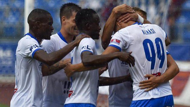 Fotbalisté Baníku se radují z gólu, který vstřelil Ladislav Almási (vpravo) z Ostravy.