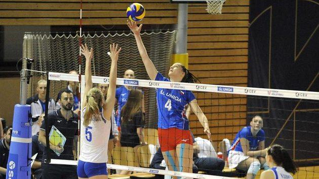 Karyna Denysovová z Ukrajiny a Gabriela Orvošová z ČR v akci během utkání Evropské ligy volejbalistek - ilustrační foto.