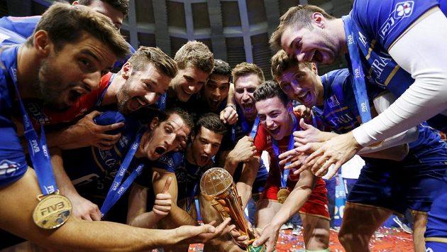 Francouzští volejbalisté oslavují celkové vítězství ve Světové lize.