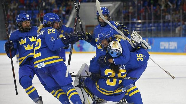 Švédské hokejistky oslavují postup přes Finsko do semifinále olympijského turnaje.