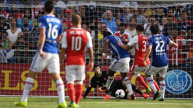 Didier Drogba střílí proti brankáři Arsenalu Petru Čechovi.