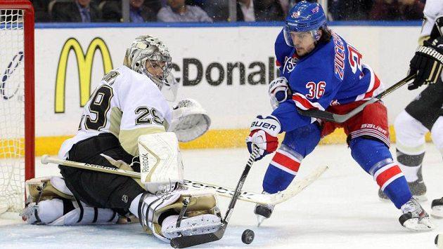 Útočník New Yorku Rangers Mats Zuccarello (vpravo) se snaží překonat brankáře Pittsburghu Fleuryho.
