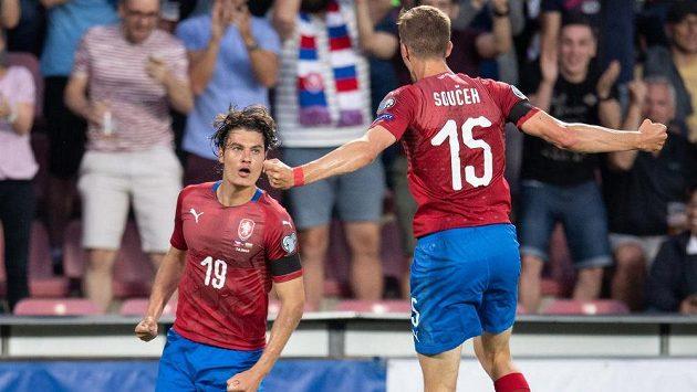 Český útočník Patrik Schick oslavuje gól na 1:1 s Tomášem Součkem (vpravo) během utkání kvalifikace ME 2020 proti Bulharsku.