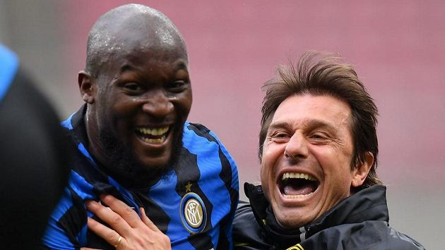 Kouč Interu Milán Antonio Conte a Romelu Lukaku slaví gól.