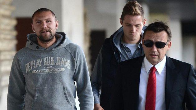 Hráči obvinění v sázkařské aféře Jan Halama (vlevo), David Jablonský (uprostřed) a advokát Bronislav Šerák přicházejí na zasedání disciplinární komise Fotbalové asociace ČR.