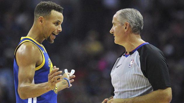 Hvězda Golden State Stephen Curry v rozmluvě s rozhodčím Scottem Wallem.