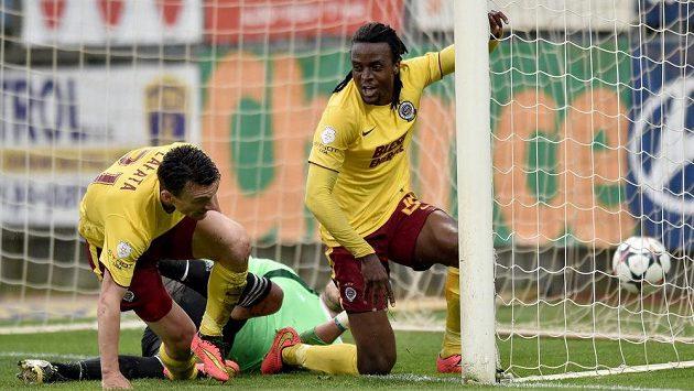 Sparťané David Lafata a Costa oslavují gól na 2:0 v Budějovicích.
