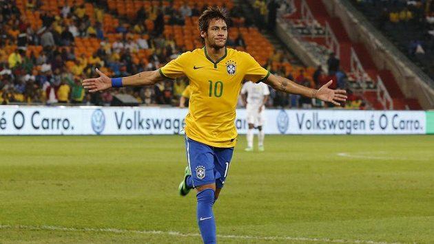 Brazilský útočník Neymar slaví jednu ze svých tří vstřelených branek v přátelském utkání proti Jihoafrické republice.