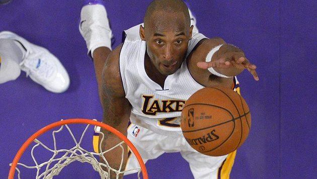 Basketbalista Los Angeles Lakers Kobe Bryant v zápase s Detroitem.