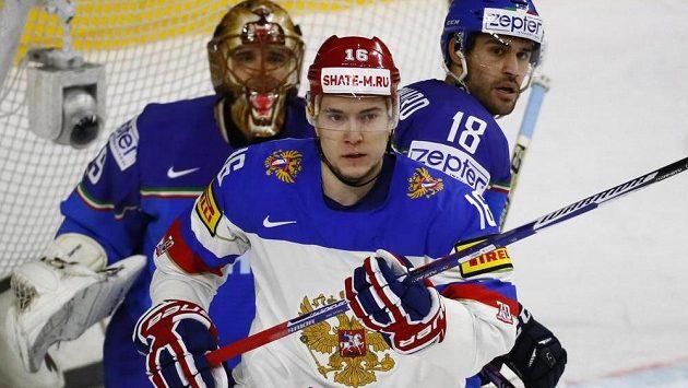 Sergej Plotnikov před italskou brankou.