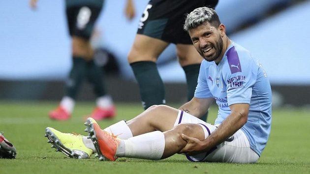 Sergio Agüero z Manchesteru City zraněný v utkání s Burnley.