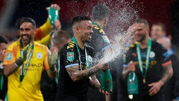 Gabriel Jesus slaví. Slavný anglický Ligový pohár patří fotbalistům Manchesteru City.