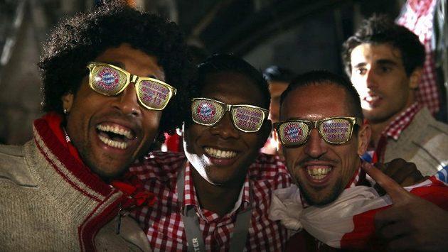 Fotbalisté Bayernu zleva Dante, David Alaba a Franck Ribéry v ulicích Mnichova slavili německý titul.