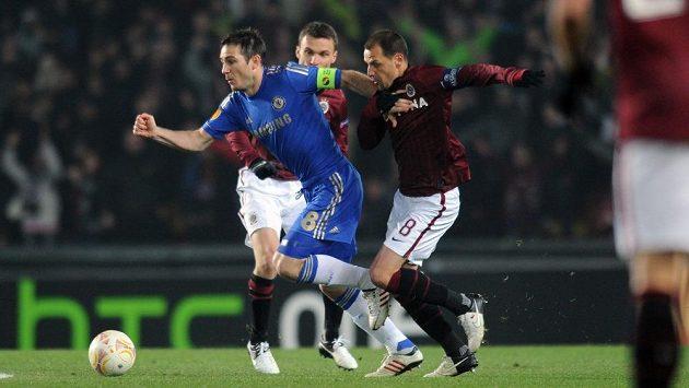 Frank Lampard (vlevo) uniká Marku Matějovskému ze Sparty. Po Chelsea už v pohárech na Letné nikdo nevyhrál.