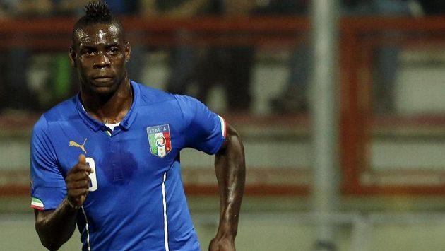 Italský útočník Mario Balotelli