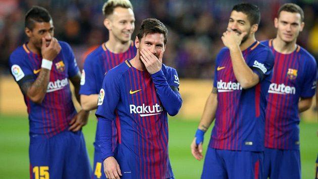 Lionel Messi (uprostřed) s barcelonskými spoluhráči před utkáním s La Coruňou.