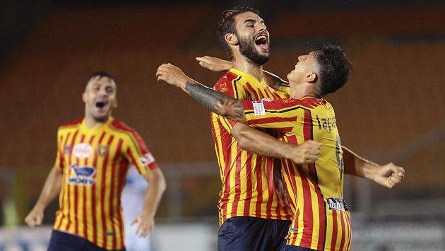 Fotbalista Lecce Gianluca Lapadula (vpravo) oslavuje gól proti Brescii, která má jistotu sestupu ze Serie A.