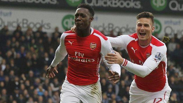 Olivier Giroud (vpravo) stíhá svého spoluhráče z Arsenalu Dannyho Welbecka, který právě otevřel skóre v duelu s WBA.