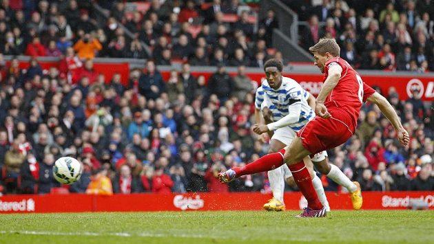 Liverpoolský Steven Gerrard při pokutovém kopu proti QPR, který neproměnil.