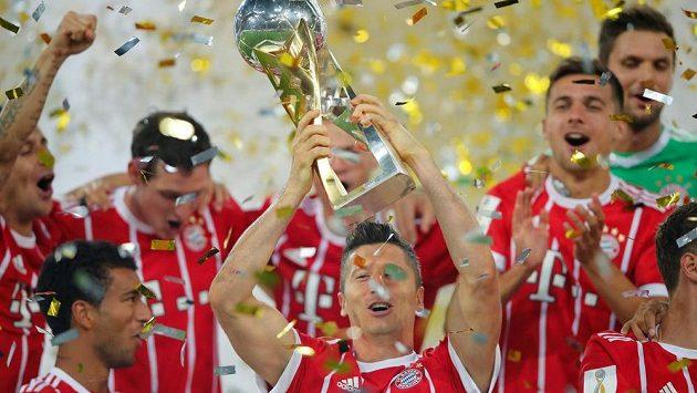 Robert Lewandowski a spol. se radují ze zisku první trofeje v sezóně.