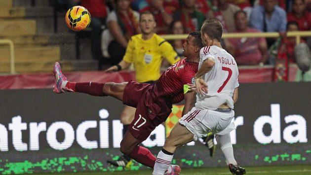 Portugalec Nani (vlevo) se snaží odkopnout míč před Ansim Agollim z Albánie.