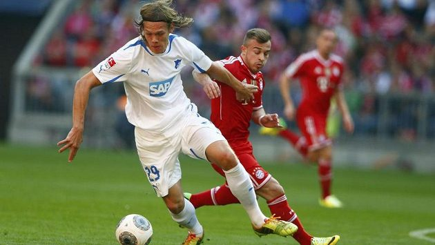 Xherdan Shaqiri z Bayernu v souboji s Jannikem Vestergaardem (29) z Hoffenheimu.