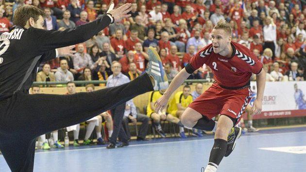 Na makedonskou branku střílí český reprezentant Jakub Hrstka.