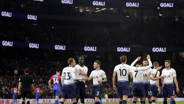 Fotbalisté Tottenhamu slaví gól Christiana Eriksena v utkání Premier League.