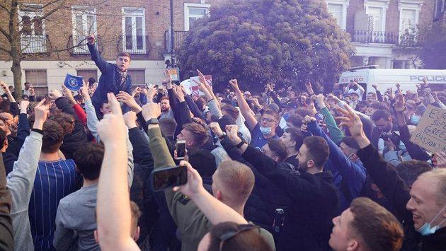 Fanoušci Chelsea protestovali. Když se ale dozvěděli, že klub vystupuje ze Super ligy, začali slavit