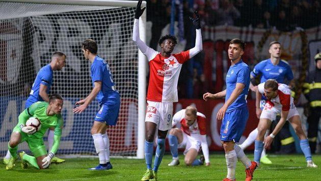 Peter Olayinka ze Slavie a jeho gesto zmaru během utkání v Liberci.