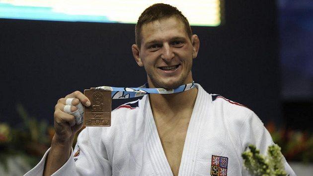 Český reprezentant Lukáš Krpálek pózuje s bronzovou medailí z judistického MS.