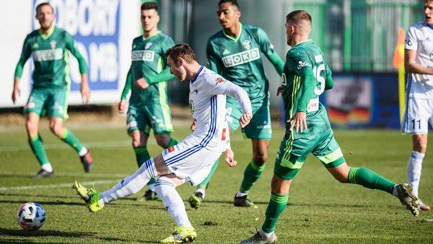 Jaromír Zmrhal z Mladé Boleslavi střílí gól na 2:0 během utkání s Karvinou.