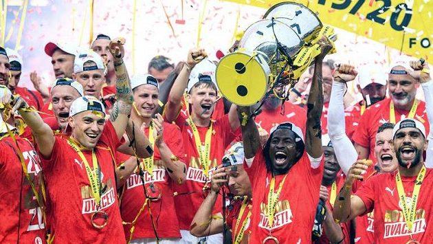 Fotbalisté Slavie Praha Nicolae Stanciu, Peter Olayinka a Júsuf Hilál v první řadě slaví zisk titulu.