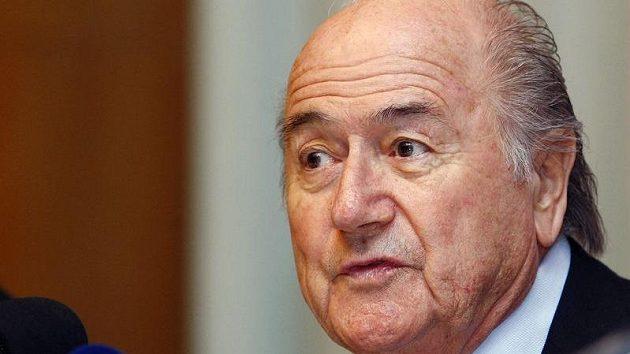 Předseda FIFA Sepp Blatter má starosti s uplácením v JAR.