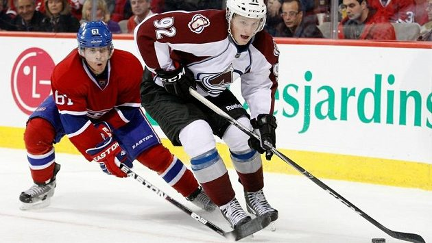 Švédský hokejista Gabriel Landeskog (vpravo) v souboji s Raphaelem Diazem z Montrealu
