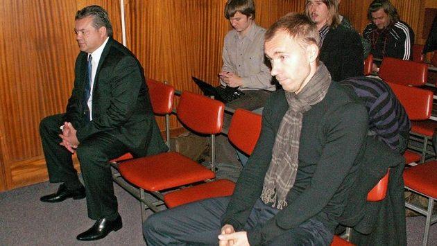 Brankář Olomouce Petr Drobisz (vpravo) a prezident FK Bohemians Praha Karel Kapr u soudu.