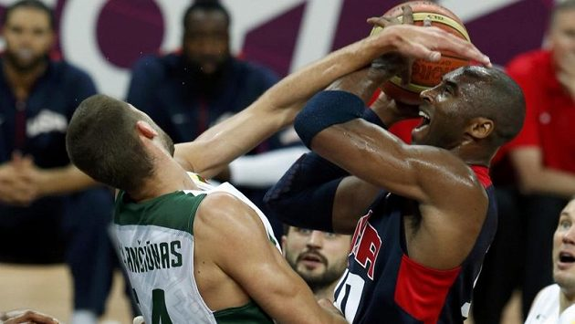 Zápas basketbalistů USA a Litvy se změnil v lítou bitvu. Na snímku se přetahují o míč Kobe Bryant (vpravo) a Jonas Valanciunas.