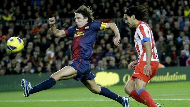 Barcelonský obránce Carles Puyol (vlevo) v souboji s Radamelem Falcaem z Atlétika Madrid.