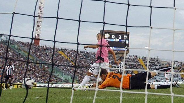 Sebastian Giovinco střílí třetí gól Juventusu, gólman Udine Daniele Padelli se natahuje marně.