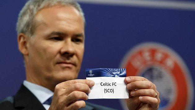 Giorgio Marchetti při losu 4. předkola Ligy mistrů vytahuje lístek s názvem skotského Celtiku, který díky kontumaci postoupil na poslední chvíli.