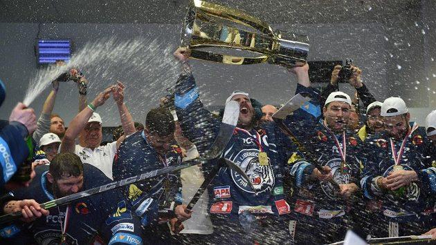 Oslavy v kabině Bílých Tygrů po rozhodujícím vítězství nad Spartou.
