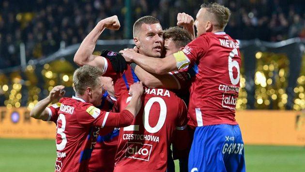 Český obránce Tomáš Petrášek se raduje se spoluhráči.