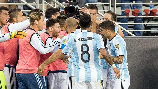 Radost Argentinců po gólu Ángela Di Maríi proti Chile. Lionel Messi (ve skupině) byl jen náhradníkem.
