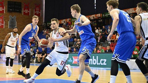Jaromír Bohačík z Nymburku s míčem při utkání s USK. Ilustrační foto.
