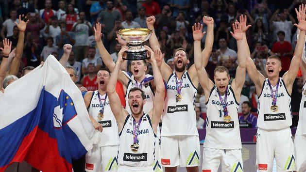 Basketbalisté Slovinska slaví titul evropských šampiónů.