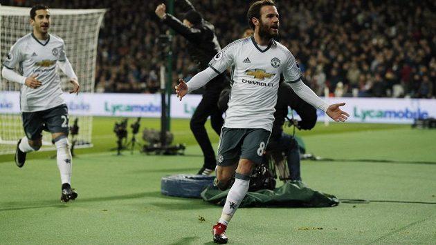Záložník Manchesteru United Juan Mata slaví gól proti West Hamu v zápase 20. kola Premier League.
